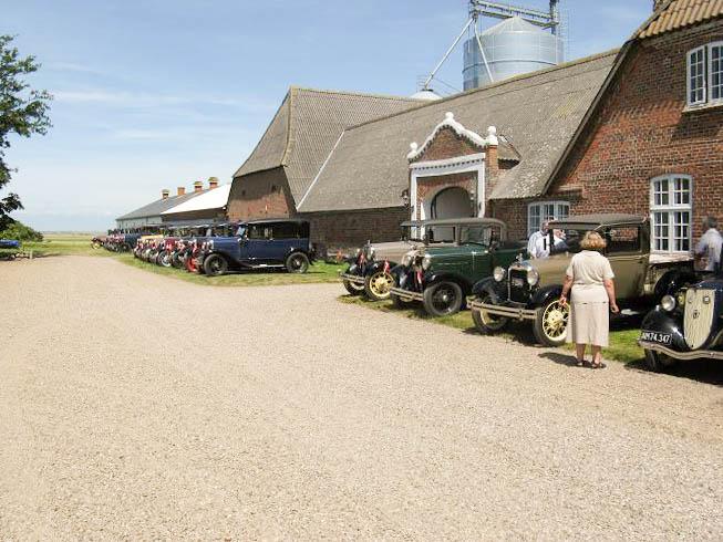 Gamle biler, står flot ved den gamle gård
